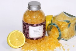 Маска-скраб для сияющей кожи из сока лимона, коричневого сахара и морской соли.